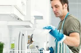 Мужик моет посуду